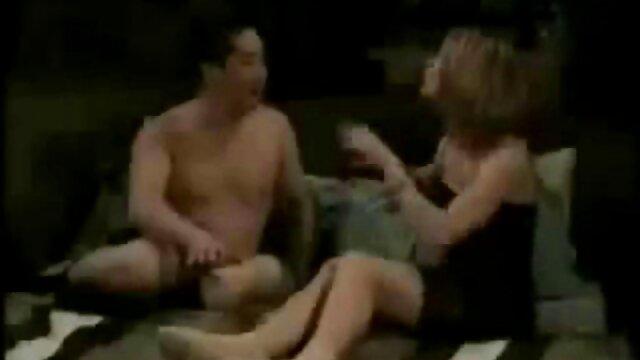 Gargantas Asiáticas na saliva durante um broche amador sexo real profundo